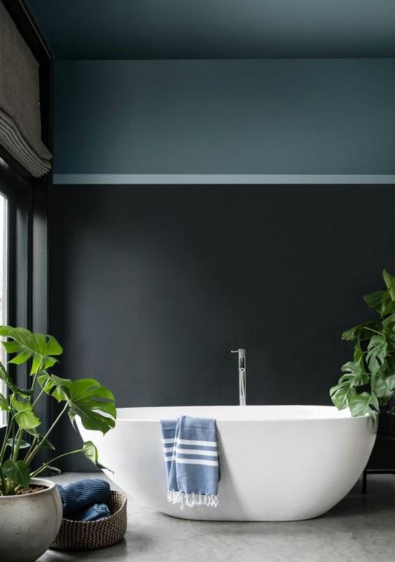 Kylpyhuoneen seinä ja katto on maalattu kahdella eri vihreän sävyllä.