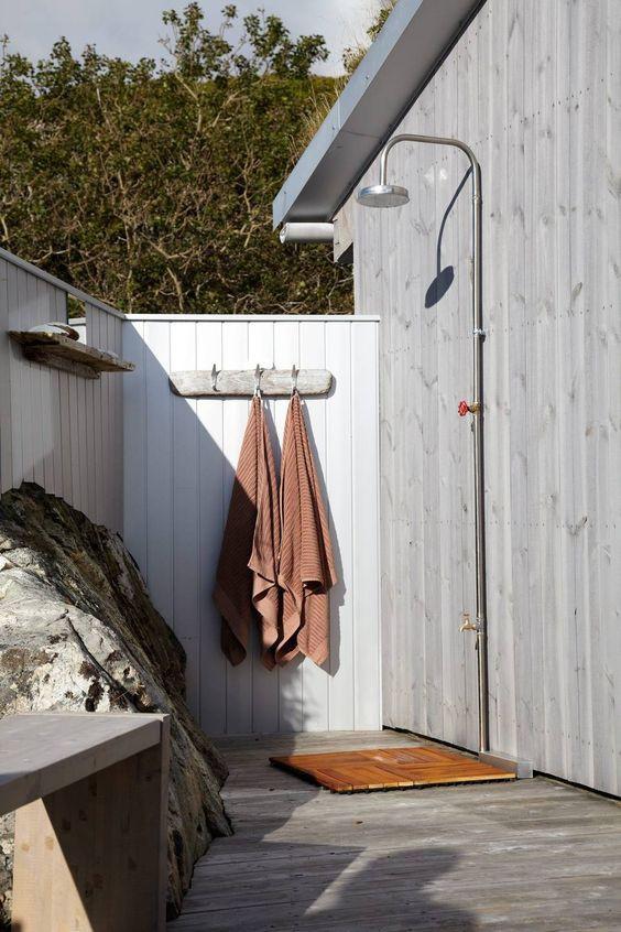 Ulkosuihkuun on rakennettu seinät suojaamaan katseilta.
