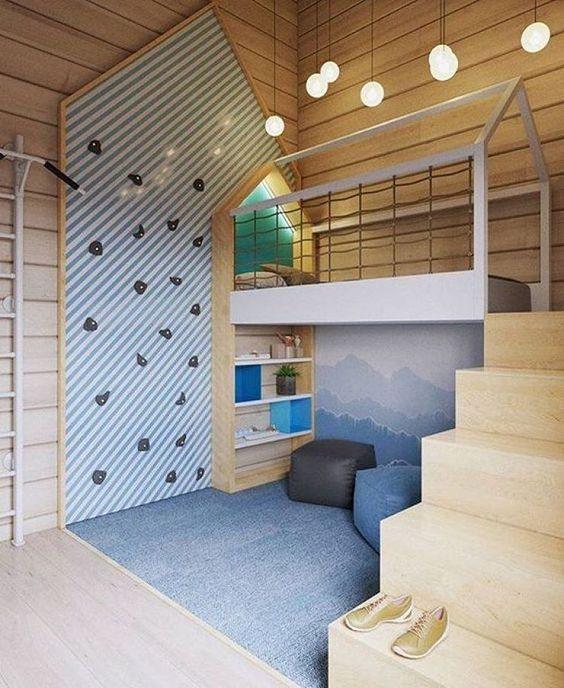 Parvisängyn viereen on sijoitettu kiipeilyseinä ja puolapuut. Lattian leikkimisalue on rajattu sinisellä kokolattia matolla joka pehmentää lattiaa ja sopii seinän väreihin.