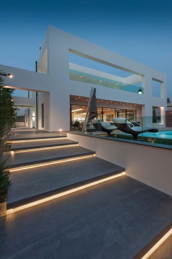 Talon ulkona olevat portaat on valaistu portaan etureunasta, jotta pimeällä olisi helpompi nähdä mihin astua.