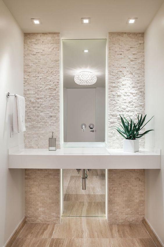 Vessan suorakulmainen peili menee lattiasta kattoon asti.