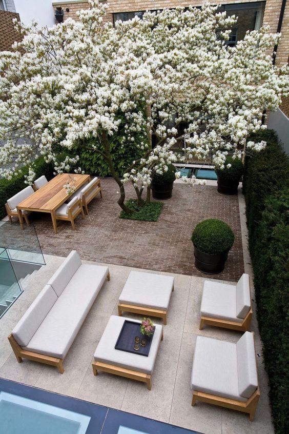 Modernilla terassilla on yhdistetty valtavaa betonilaattaa sekä perinteistä punaista pihakivetystä.