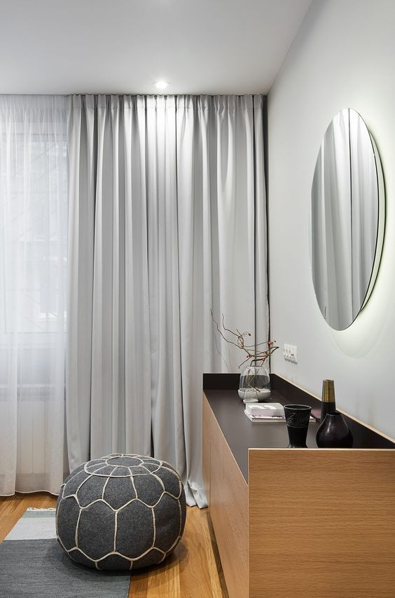 Läpikuultavammat ja peittävämmät verhot on yhdistetty samassa ikkunassa.