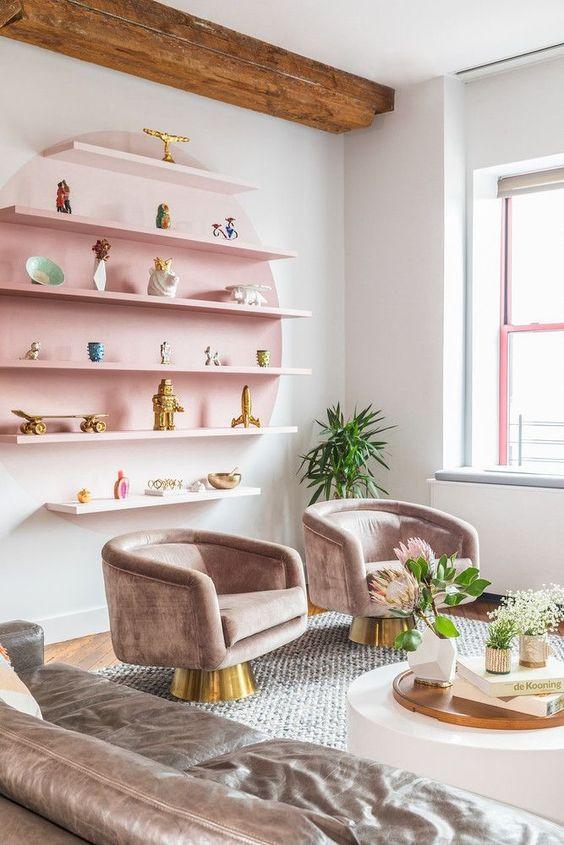 Olohuoneen seinään on maalattu liukuvärjäämällä vaaleanpunainen ympyrä, johon on kiinnitetty hyllyt koristeille. Ympyrä ja hylly tummenee keskikohtaa kohden. Vaaleanpunainen hyllykkö sopii muuhun sisustukseen, kun nojatuolit ovat hennon vaaleanpunaista samettia.