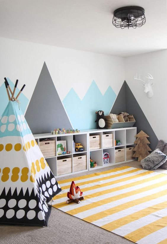 Lapsen huoneessa on pieni värikäs tiipii sekä iso matto jolla on hyvä leikkiä. Seinän viereen on laitetu laatikosto mihin leluja saa talteen. Seinälle on maalattu vuoristo kuvio ja se sopii täydellisesti huoneen muuhun tyyliin.