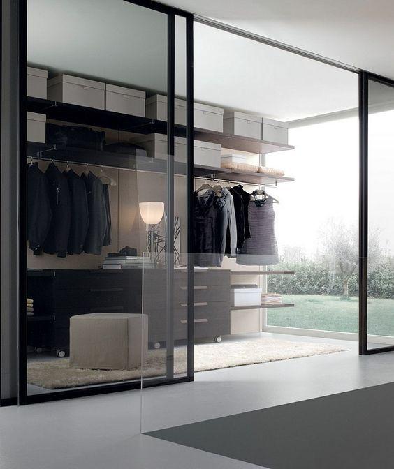 Vaatehuoneen seinä on lasista liukuovea jolloin valo pääsee huoneeseen. Iso koko seinän mittainen ikkuna sivustalla takaa myös valoisuuden.