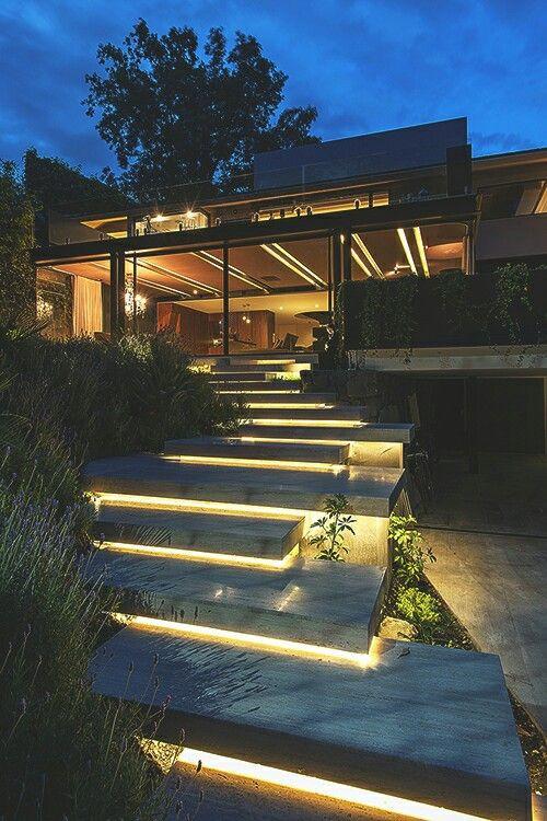 Talon takapihalla ovea kohti kulkevien portaiden etureunan alle asennettu ledinauha. Se valaisee portaat näyttävästi.