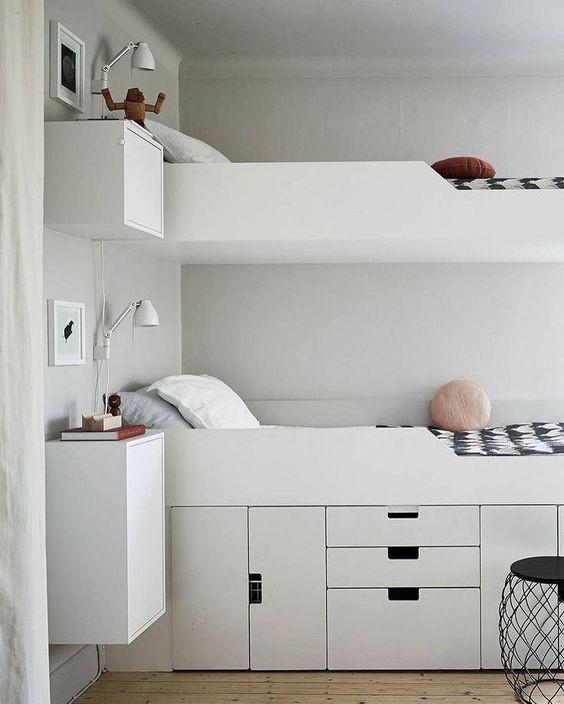 Sängyn alla on kaapit, joissa voidaan säilyttää tavaroita katseilta piilossa. Tilaa säästyy huoneessa huomattavasti.