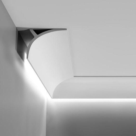Led valolista valaisee seinän.