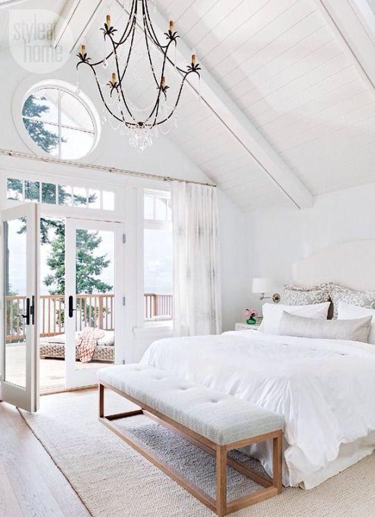 Valkoisesta makuuhuoneesta on käynti suoraan terassille.