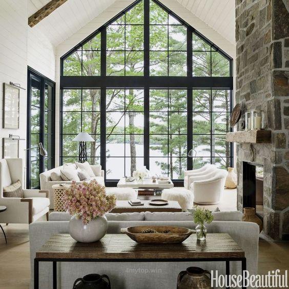 Olohuoneen sisustuksessa on yhdistetty valkoisia pintoja tummaan puuhun.