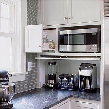 Keittiössä on toteutettu aamiaiskaappi pienemmässä mittakaavassa. Keittiön työpöydällä on blenderi, kahvinkeitin ja leivänpaahdin ja kaapinovi saadaan laskettua niiden eteen.