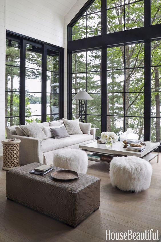 Olohuoneen korkeat mustakarmiset ikkunat avautuvat järvinäkymään päin.
