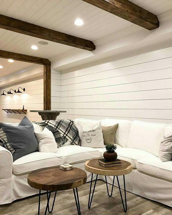 Valkoinen seinä ja katto luovat illuusion korkeammasta olohuoneesta kun seinän rajapinta hämärtyy. Mata tila näyttää korkemmalta mitä todellisuudessa on.