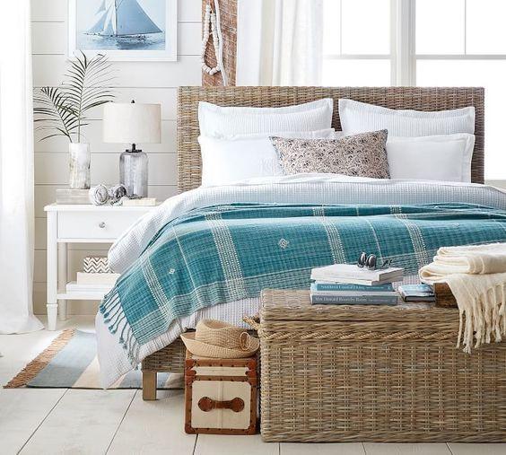 Merelliseen makuuhuoneeseen sopii sinisen sävyt ja rottinki.