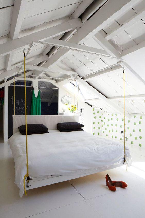 Makuuhuoneen parisänky riippuu katon parruista.