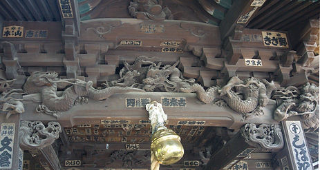 intricate carvings on the Kusushi Jinja