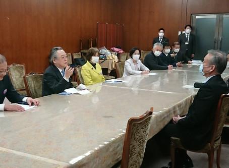カジノ業務執行停止を求め政党など7団体と共に副市長と会談