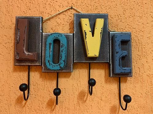 Gancho Decorativo de Madeira - Modelo Love - Pendurado