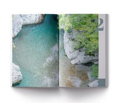 Fluss mit tuerkiesenem Wasser.  Fluss in den Bergen Albaniens