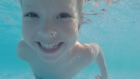 Gutt svømmer.jpg