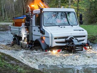 Hochgeländegängiger Unimog mit Kommunalausstattung für Straßenbetriebsdienst und Hochwasserschutz