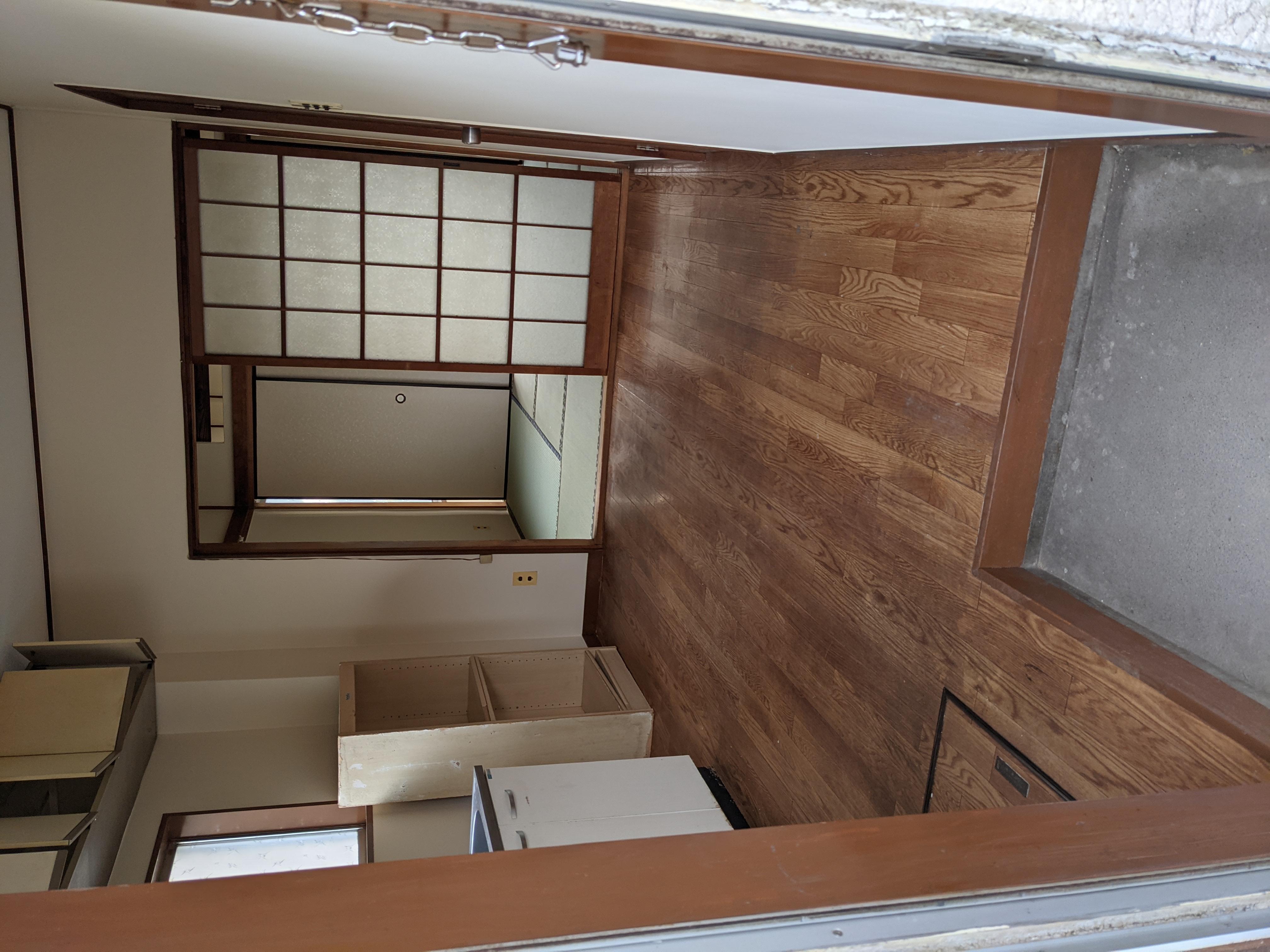 アパート 101号室(ほぼ空部屋)玄関、台所