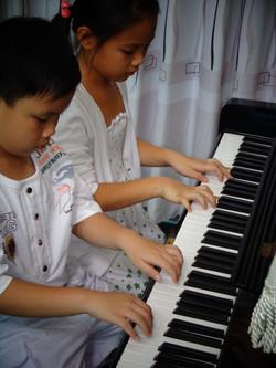Piano 4 tay