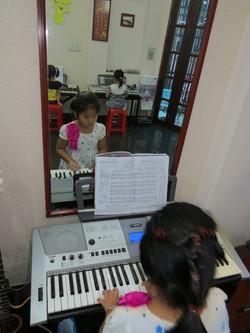 Bé tập đàn Organ