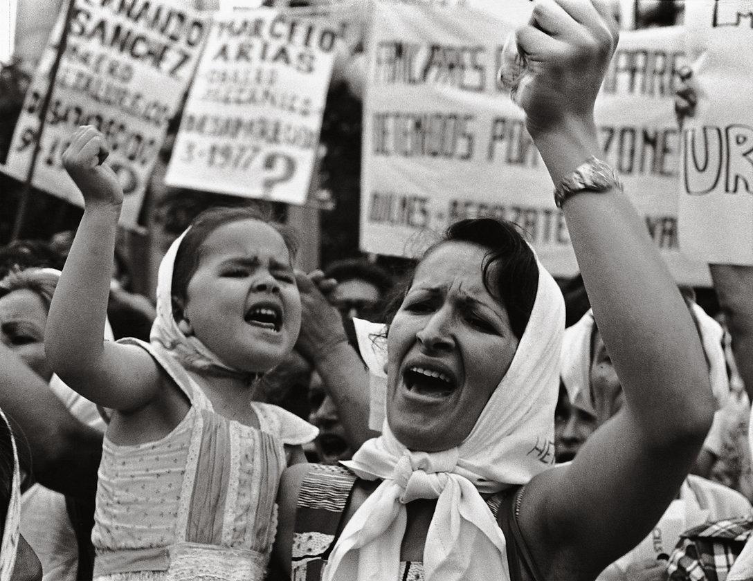 Adriana_Lestido,_Madre_e_hija_de_Plaza_d