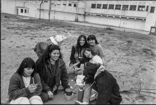 6.en el patio con las chicas 2, 1992.jpg