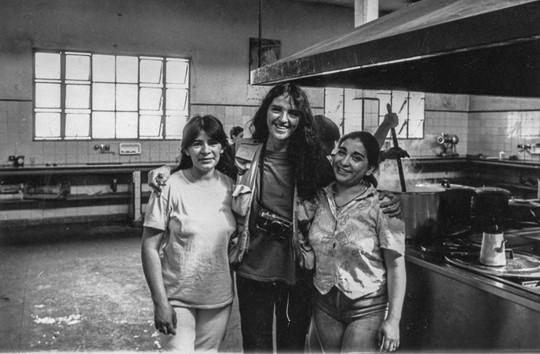 3. 1992, con las chiicas, en la cocina,