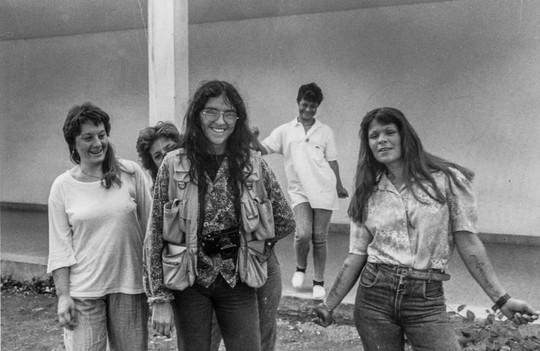 5.en el patio con las chicas, 1992.jpg