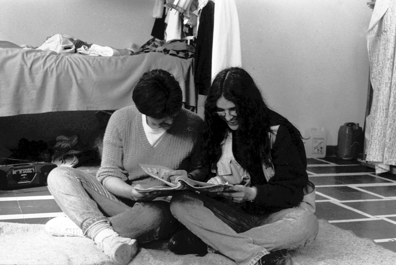 4. con Tati en su celda, 1991.jpg