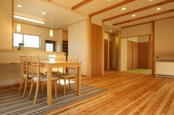 浮造りの床が心地良い、子育てエコ住宅