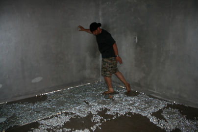 Site-specific Installation_Eying/Iing, 12x12x8 feet, Transparent marbles, mirrors, picture frame, water, a pair of shoes @ Eric Washburn Gallery in Oregon, USA, 2008