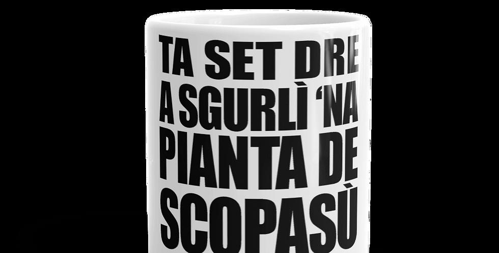 """Tazza bianca """"Ta set dré a sgurlì 'na pianta de scopasù"""""""