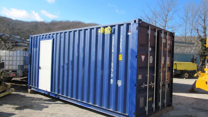 Coppia di container navali 20' adibiti ad officine mobili per essere aviotrasportate