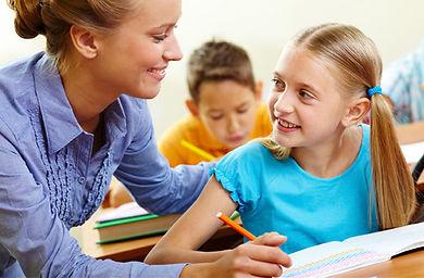 profesora con alumno, estudiante feliz, enseñar