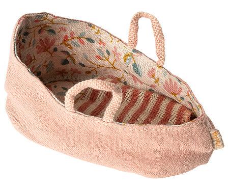 Petit couffin pour bébé souris