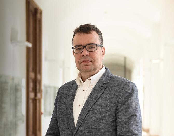 Bödők Gergely interjúja Hatos Pállal a történelemről, a történészekről és a történetírásról.