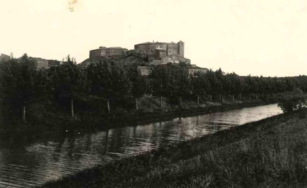 Chateau vu du canal avec jeunes platanes