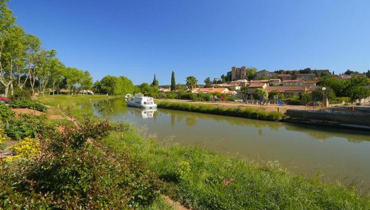 Argens-Minervois et son château au bord du canal du midi