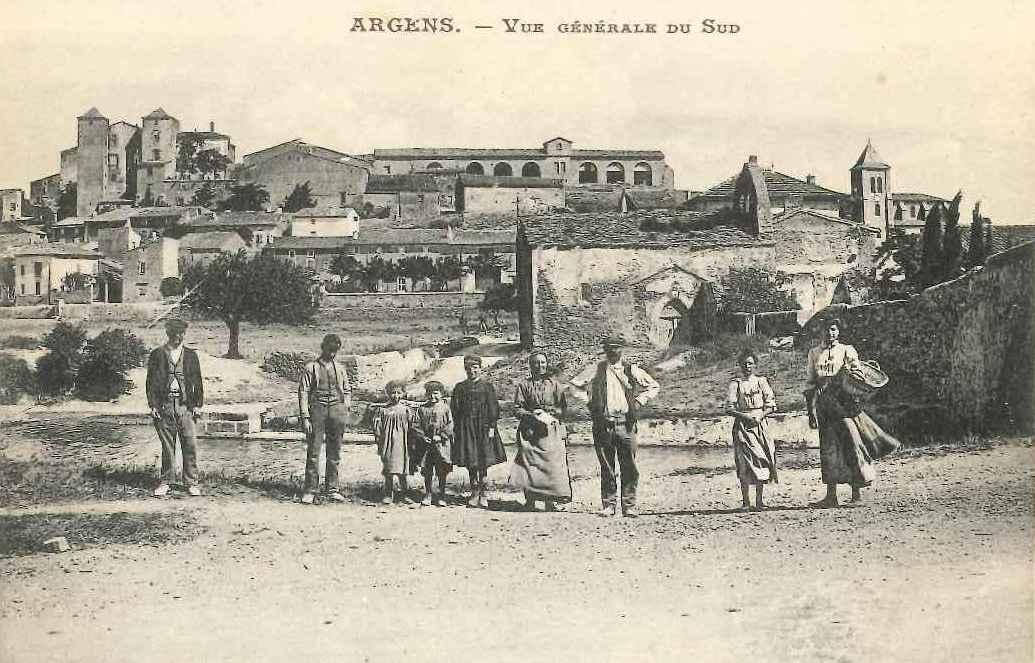 Villageois devant le village