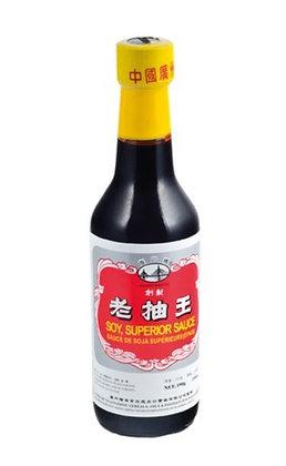 Schwarze Sojasauce in der Flasche