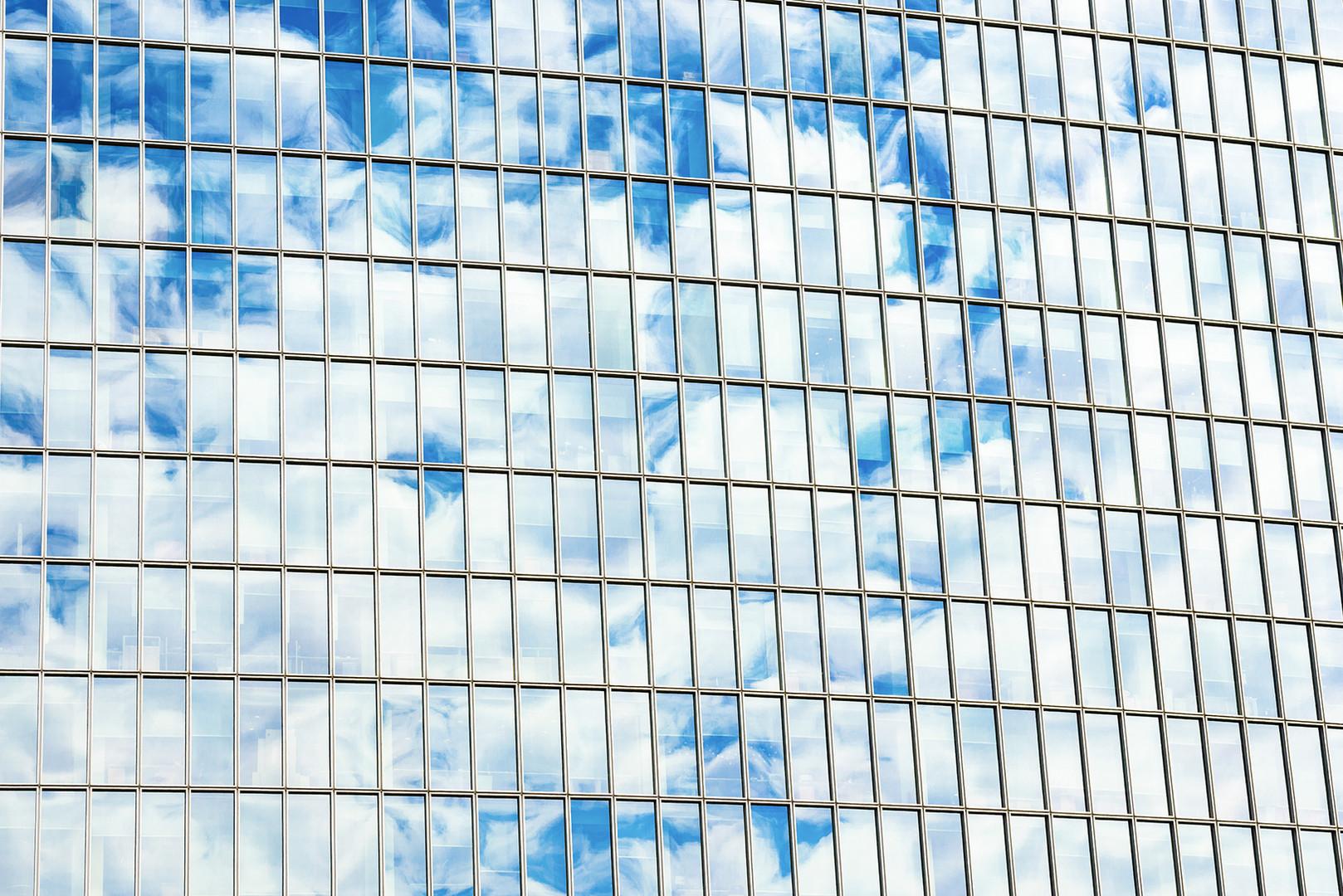 Las nubes se refleja en Windows