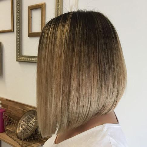 Von langen braunen Haaren- zu kurzen blo