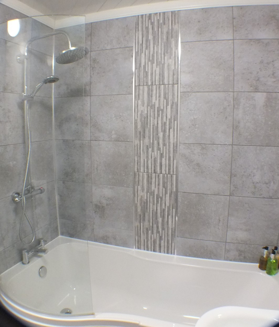 Rm 1 bath 3.JPG