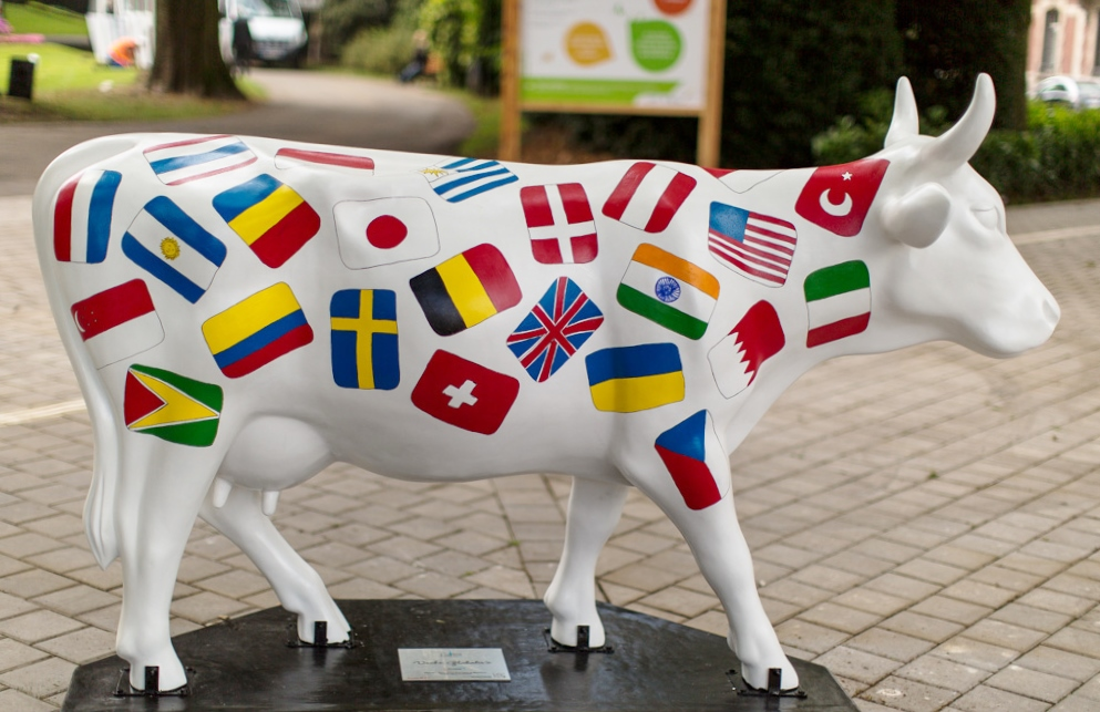 Globalized Cow by Aline Pascholati - Cow Parade Valenciennes.jpg