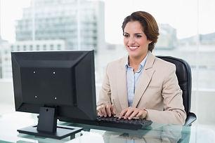 mulher-de-negocios-alegre-sentada-na-fre